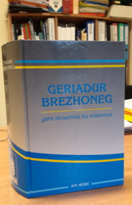 Ar geriadur brezhoneg unyezhek kentañ, embannet e 1995