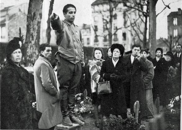 Ur rezistant chomet bev er c'hounlid kentañ a-benn enoriñ ar strollad Manouchian e vered Ivry (Gwengolo 1944)